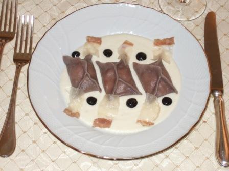 Fazzolettini al Nebbiolo ripieni di Castelmagno, con fonduta dello stesso formaggio, lardo di Arnad croccante e salsa di sesamo nero