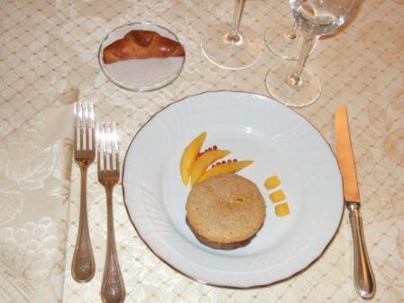 Filetto di vitello farcito di foie gras, con cialda di pinoli e mango al pepe rosa