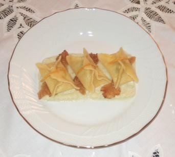 Fazzolettini all'arancia ripieni di cinghiale con crema di sedano bianco e lardo di Colonnata croccante