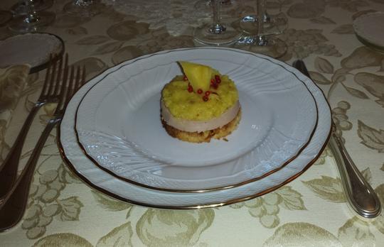 Foie gras d'oca su galletta di panettone con composta di ananas e pepe rosa