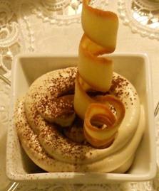 Coppetta di crema tiramisù con spirale di pasta sigaretta