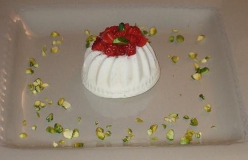 Gelatine panna, fragole e pistacchi