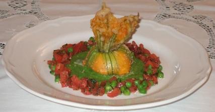 Tortino di stoccafisso in fiore di zucchina con purea di piselli ed insalata di pomodori e pisellini freschi