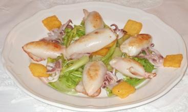 Calamaretti ripieni di baccalà mantecato, polenta d Storo croccante, insalata di puntarelle