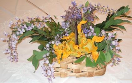 Centrotavola con glicini, fiore di borragine e fiori di zucchine