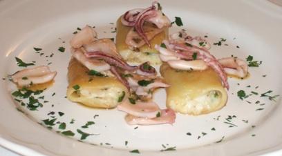 Paccheri di Gragnano farciti di cicale di mare, scampi e zucchine con ragù di calamaretti