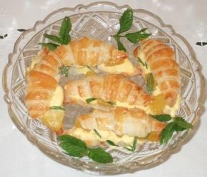 Piccoli croissant con gelato di crema e ananas al caramello