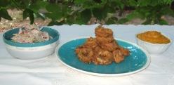 Anelli di totani fritti, salsa di carote, verdure croccanti