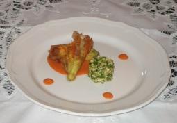 Gamberi rossi del Mediterraneo nel fiore di zucchina e agretto di peperoni