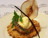 1 - Streusel di mandorle e pinoli, pera glassata alla vaniglia e gelato di Seirass