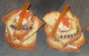 Gamberi in millefoglie di pane croccante e spuma di ceci con bottarga di muggine