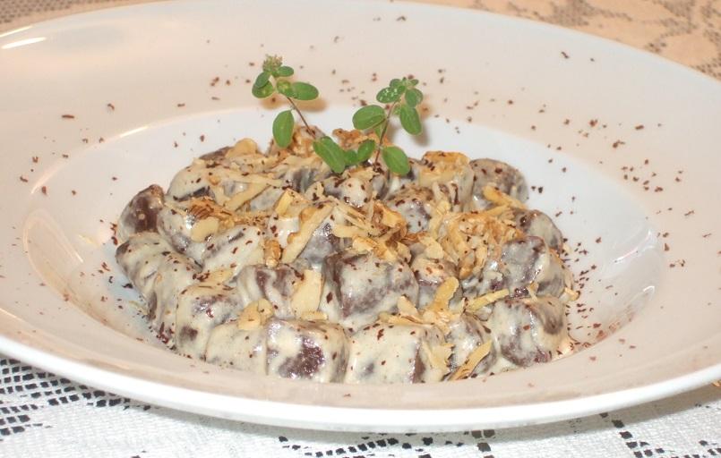 Gnocchi di patate al cacao con salsa ligure di noci