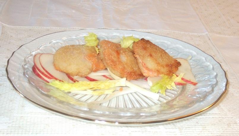 capesante-fritte-alle-mandorle-farcite-con-il-loro-corallo-su-insalatina-di-sedano-e-mela-annurca
