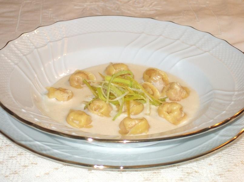 tortellini-in-crema-di-parmiogiano-e-julienne-di-porri-fritti