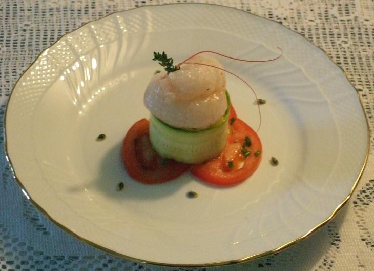 Scampi del Mar Ligure marinati al frutto della passione su tartare di mango profumato al timo e nastri di zucchine
