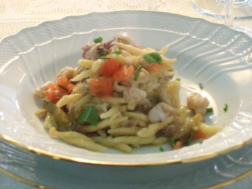 Trofiette con scorfano, calamaretti e carciofi d'Albenga