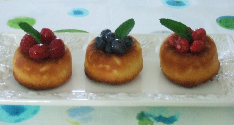 Piccoli savarin con mirtilli, lamponi e fragoline di bosco