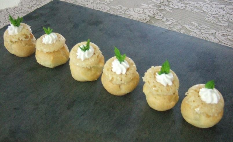 Piccoli bignè con crema di verdure e cialdine di Parmigiano e sesamo