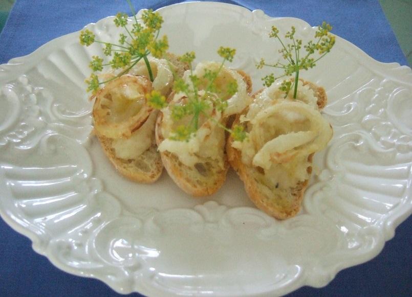 Crostini caldi alla cipolla e formaggio di malga