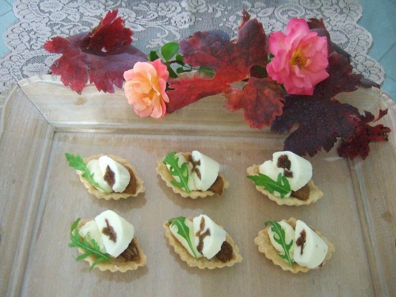 Barchette di pasta brisé con squacqerone, fichi bianchi del Cilento caramellati e rucola