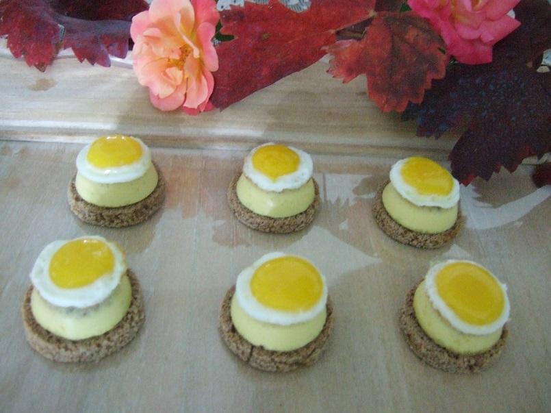 Piccoli savarin di fonduta tartufata con uova di quaglia e pane di castagne