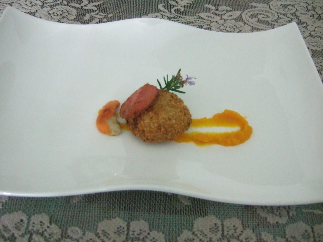 Capasanta in crosta di nocciole, salsa di zucca mantovana e pepe di Sichuan, cialda di patata e barbabietola