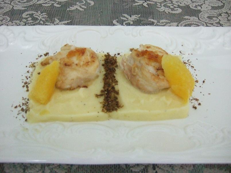 Noci di rana pescatrice con lardo di Colonnata e arancia candita, crema di patate all'arancia e polvere di capperi
