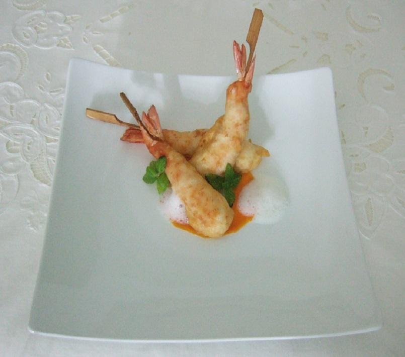 Gamberi rossi di Santa Margherita Ligure in crosta croccante di tempura, zucca hokkaido marinata e spuma di latticello