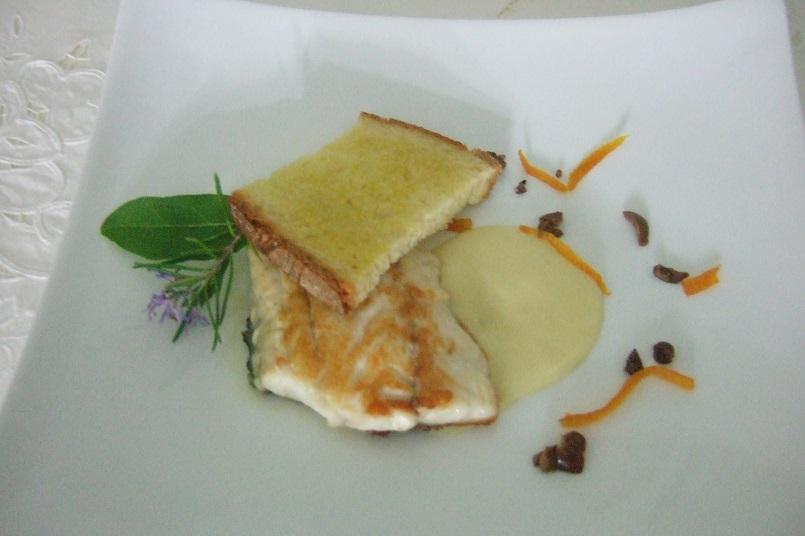 Scaloppa di branzino, crema di patate al Pernod, scorze di arancia, olive taggiasche e crostone di pane al rosmarino