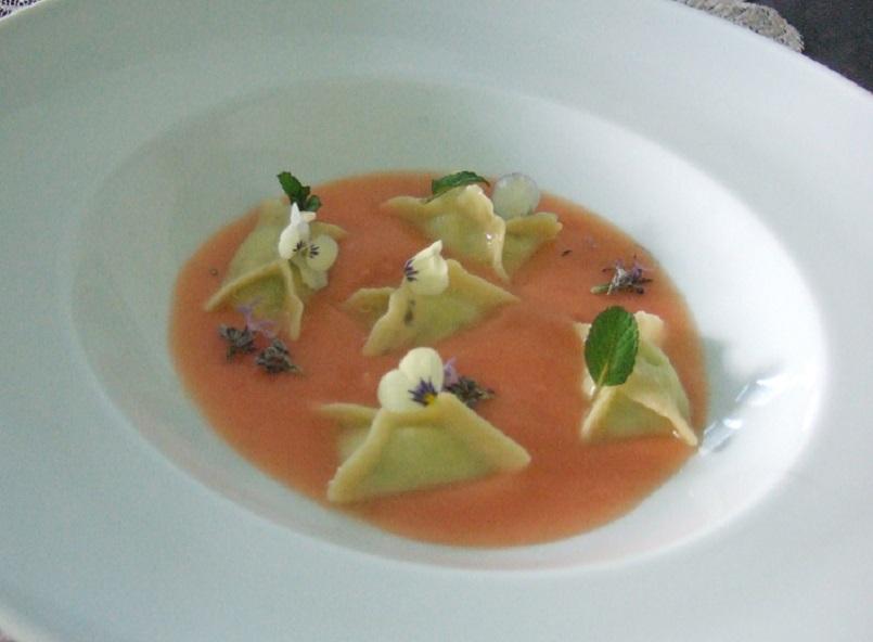 Fagottini di pasta ai fiori e pesto di fave con salsa cruda di pomodori