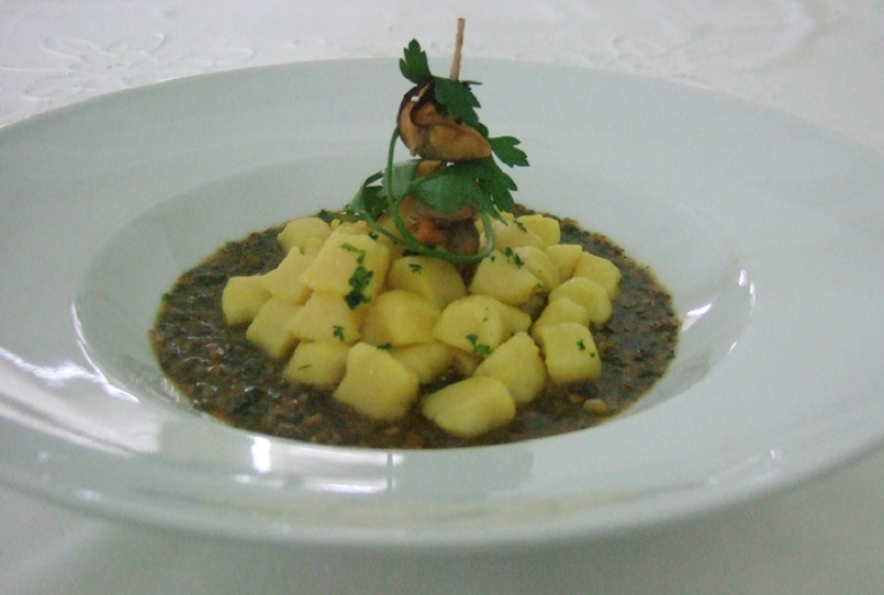 Gnocchetti di patate di montagna allo zafferano con bagna verde di muscoli e vongole