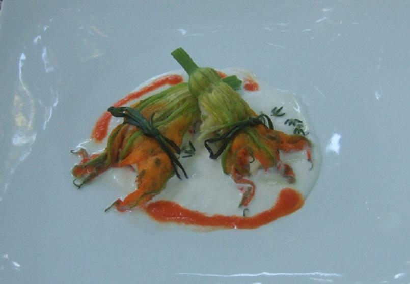 Fiori di zucca farciti di mazzancolle e zucchine con crema di burrata e di peperoni